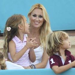 Carolina Cerezuela con sus tres hijos viendo jugar a su marido Carlos Moyá