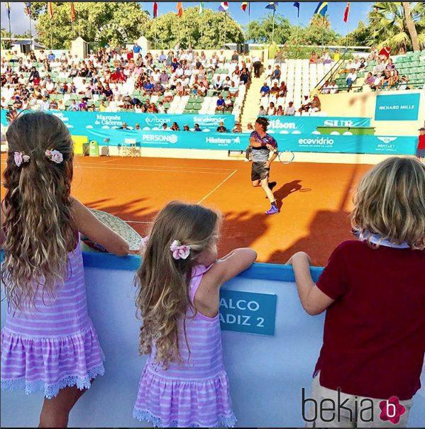 Los tres hijos de Carolina Cerezuela y Carlos Moyá viendo el tenis