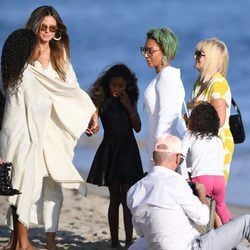 Mel B y Heidi Klum junto a sus respectivos hijos en una playa de Malibú