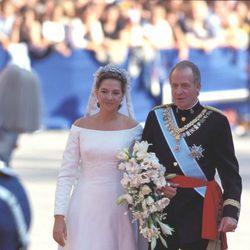La Infanta Cristina llega a su boda con Iñaki Urdangarin del brazo de su padre