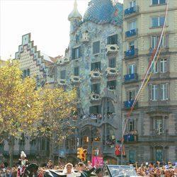 La Infanta Cristina e Iñaki Urdangarin reciben los aplausos de los barceloneses tras su boda