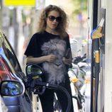 Silvia Abascal repostando en una gasolinera tras acudir al ginecólogo