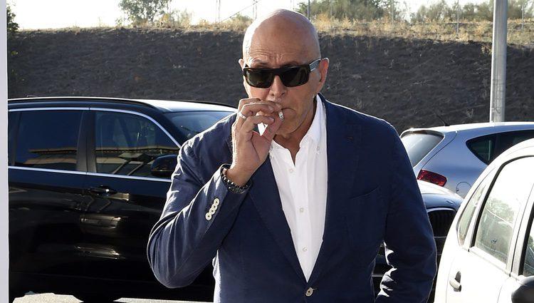Kiko Matamoros fumando antes del juicio entre Diego Matamoros y Tanit Grande por su hija