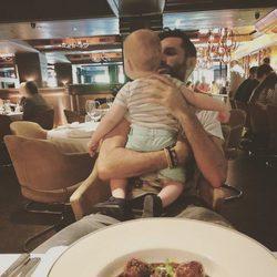 Rudy Fernández disfrutando en un restaurante con su hijo Alan