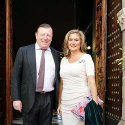 César Cadaval y su pareja en la boda de Sibi Montes en Sevilla