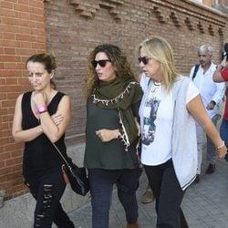 Estrella Morente apoya a Mariola Orellana durante su visita a Antonio Carmona en el hospital