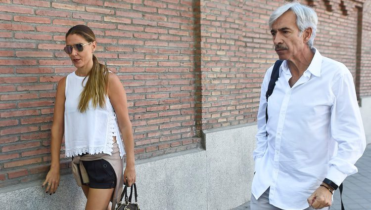 Imanol Arias e Irene Meritxell visitan a Antonio Carmona en el hospital