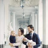 Primer posado familiar de Carlos Felipe de Suecia y Sofia Hellqvist con sus hijos Alejandro y Gabriel
