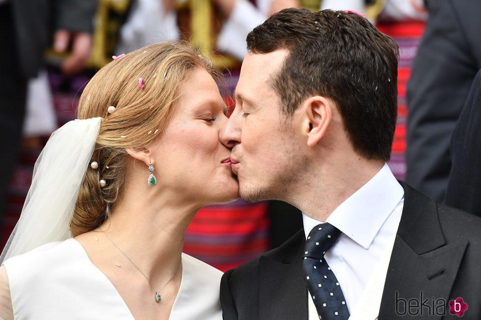 Felipe de Serbia y Danica Marinkovic besándose en su boda
