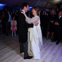 Felipe de Serbia y Danica Marinkovic bailando en su boda