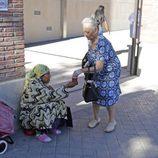 La madre de Antonio Carmona da limosna a una mujer tras visitar a su hijo en el hospital