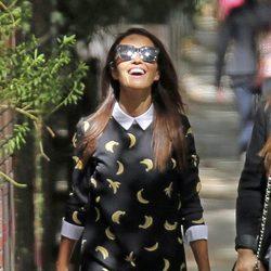 Paula Echevarría paseando muy sonriente por las calles de Madrid