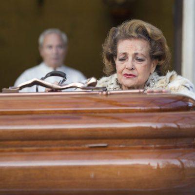 Carmen Sevilla ante el féretro de Augusto Algueró