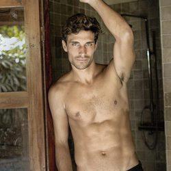 Jaime Astrain con el torso desnudo