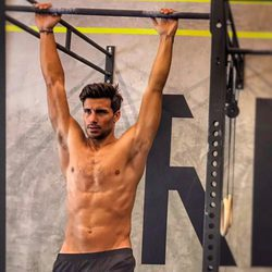 Jaime Astrain con el torso desnudo haciendo deporte
