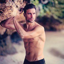 Jaime Astrain, muy sexy junto a una roca en Bali