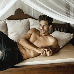 Jaime Astrain tumbado en la cama con el torso desnudo