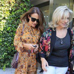 Paula Echevarría con su madre a la salida de un centro de belleza