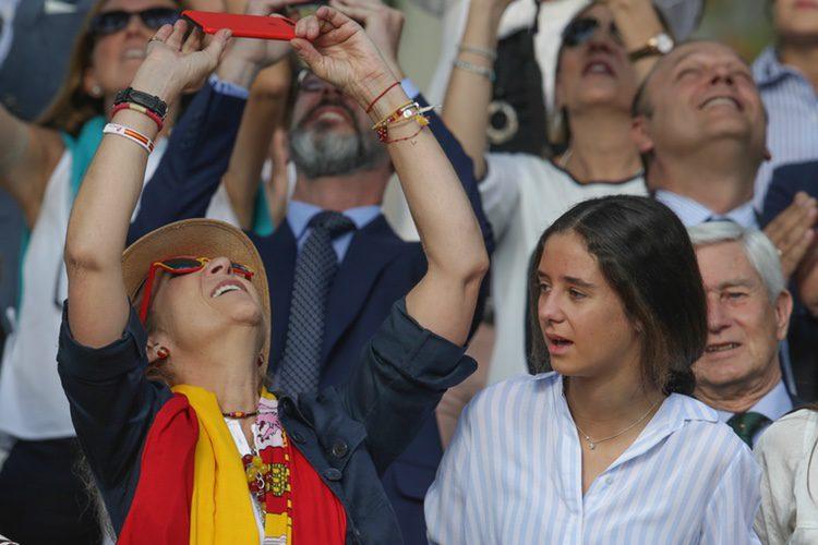 La Infanta Elena hace fotos junto a Victoria de Marichalar en el Día de la Hispanidad 2017