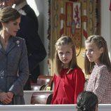 La Reina Letizia habla con la Princesa Leonor y la Infanta Sofía en el Día de la Hispanidad 2017