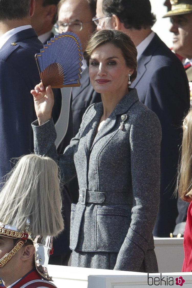 La Reina Letizia se quita el sol con un abanico en el Día de la Hispanidad 2017
