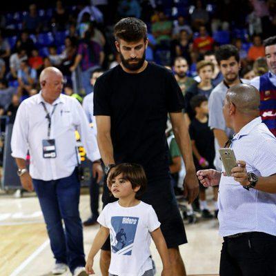 Gerard Piqué y su hijo Milan en un partido de baloncesto del Barça