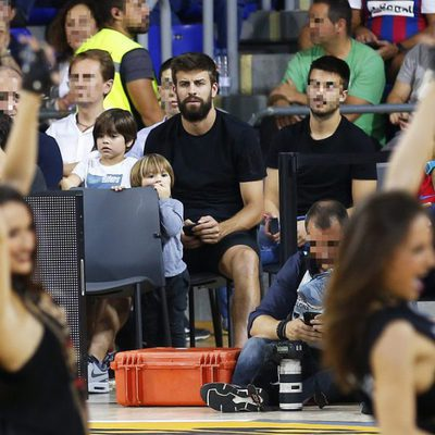 Gerard Piqué con sus hijos Milan y Sasha viendo un partido de baloncesto de la Euroliga