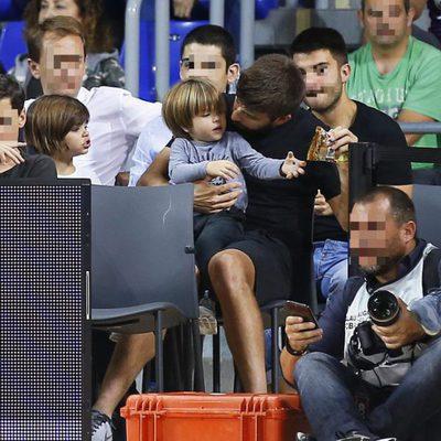 Gerard Piqué, muy cariñoso con sus hijos Milan y Sasha en un partido de baloncesto del Barça