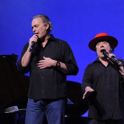 Bertín Osborne y Arévalo, cantando en uno de sus espectáculos