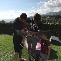 Leo Messi y Antonella Roccuzzo posan con sus hijos Thiago y Mateo para anunciar que esperan un tercer hijo