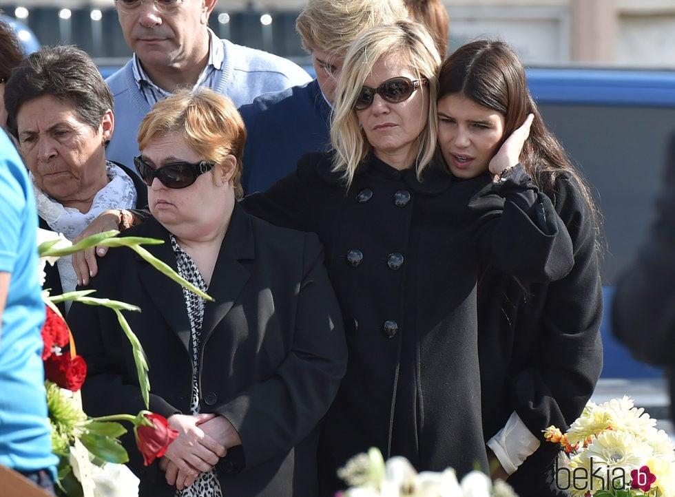 Eugenia Martínez de Irujo y su hija Cayetana Rivera muy tristes tras la muerte de la Duquesa de Alba