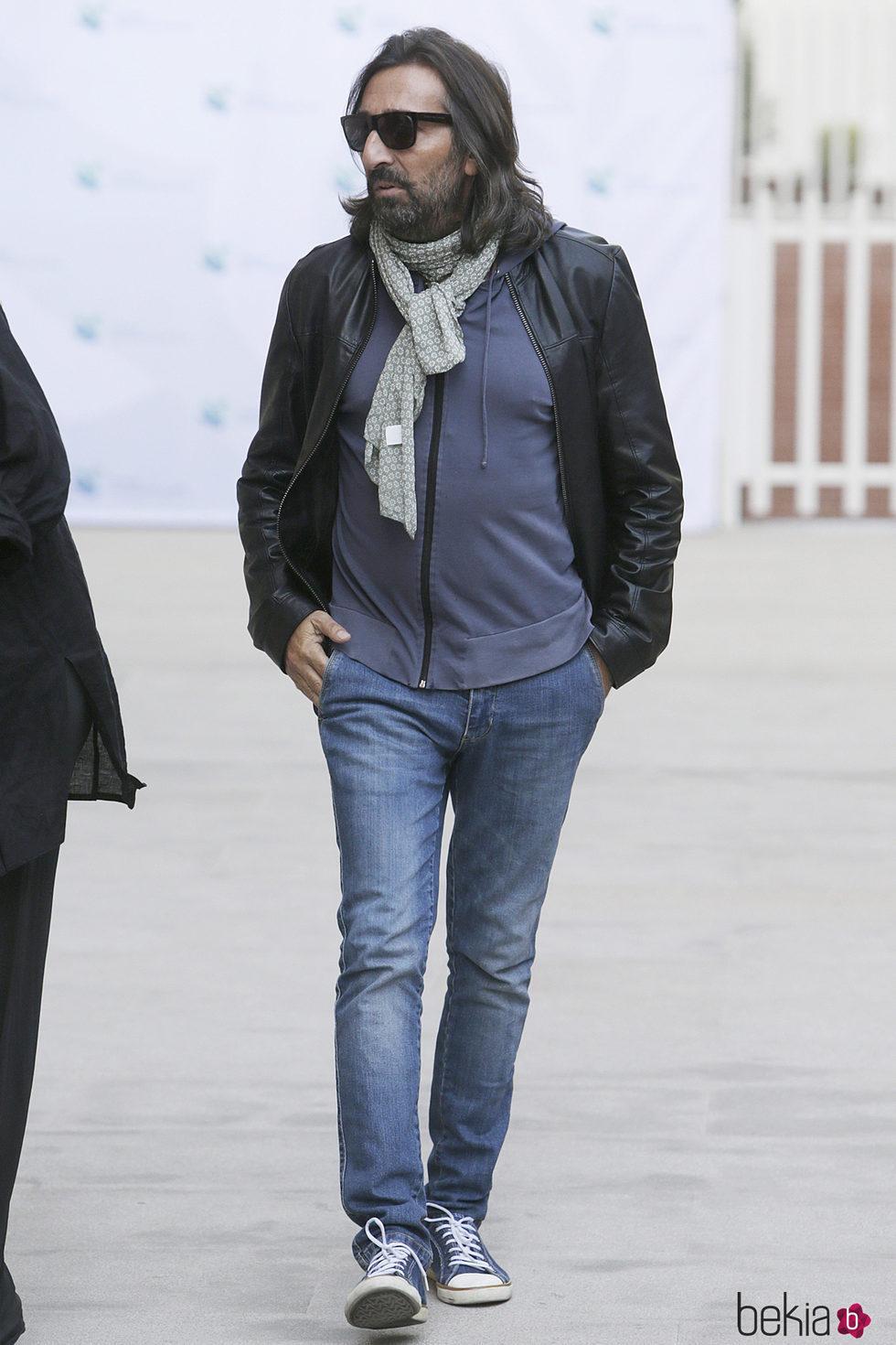 Antonio Carmona saliendo del hospital donde ha estado ingresado
