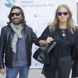 Antonio Carmona saliendo del hospital junto a Mariola Orellana