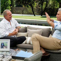 Bertín Orborne haciendo una entrevista a Fernando Romay en 'Mi casa es la tuya'