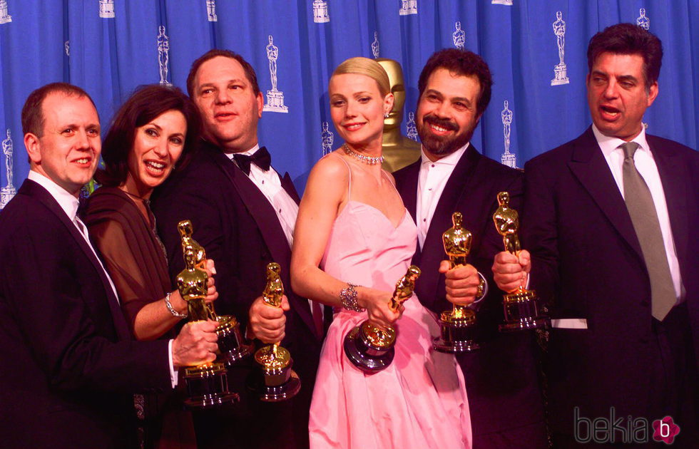 Harvey Weinstein y Gwyneth Paltrow con su Premio Oscar