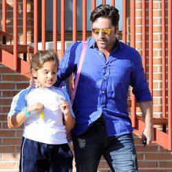 David Bustamante recogiendo a su hija Daniella en el colegio