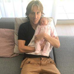 Luka Modric presentando a su hija Sofia dos semanas después de su nacimiento