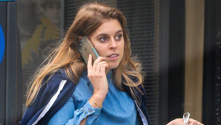 La Princesa Beatriz de York pasea por Nueva York mientras habla por el móvil