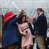 Kate Middleton bailando con el oso Paddington frente a los Príncipes Guillermo y Harry