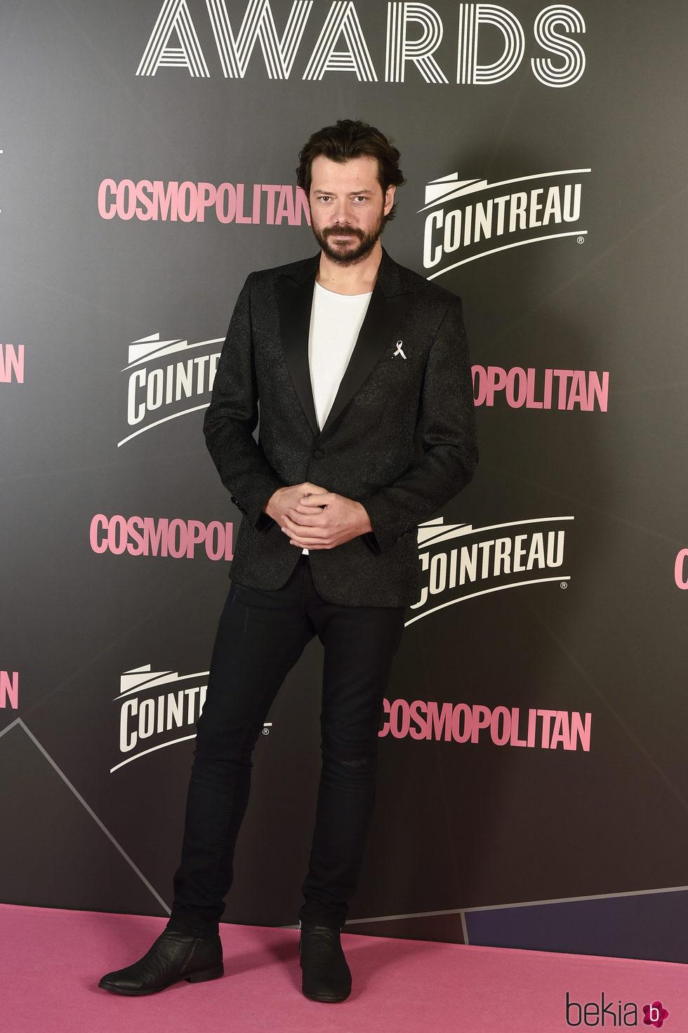 Álvaro Morte en los Premios Cosmopolitan 2017