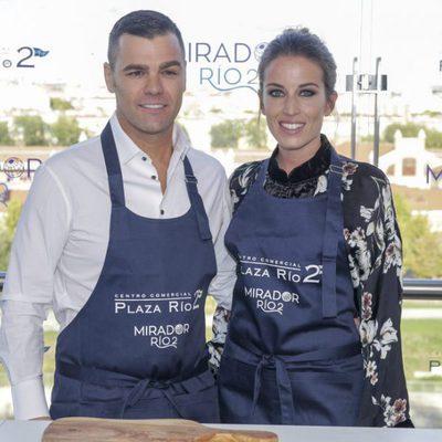Fonsi Nieto y Marta Castro, muy felices en una inauguración en Madrid