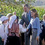Los Reyes Felipe y Letizia saludando a los lugareños de Poreñu, Pueblo Ejemplar de Asturias 2017