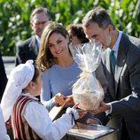 Los Reyes Felipe y Letizia recibiendo un regalo en Poreñu, Pueblo Ejemplar de Asturias 2017