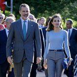 Los Reyes Felipe y Letizia paseando por Poreñu, Pueblo Ejemplar de Asturias 2017