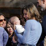 La Reina Letizia muy cariñosa con un bebé de Poreñu, Pueblo Ejemplar de Asturias 2017