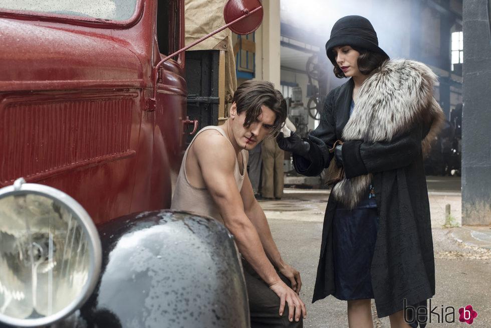 Yon González y Blanca Súarez en la segunda temporada de 'Las chicas del cable'