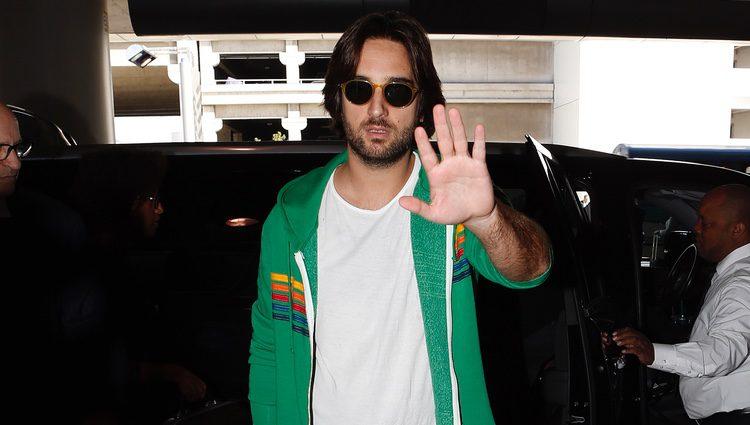 Dimitri Rassam pide respeto a los paparazzi en el aeropuerto de Los Angeles