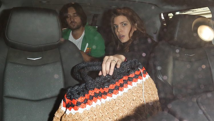 Carlota Casiraghi y Dimitri Rassam subidos a un coche en el aeropuerto de Los Angeles