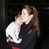 Carlota Casiraghi lleva en brazos a su hijo Raphaël en el aeropuerto de Los Angeles