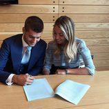Álvaro Morata firmando su contrato con el Chelsea junto a Alice Campello